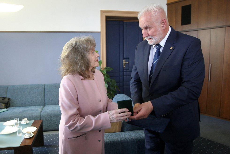 Eva Pilarová převzala Cenu Jihomoravského kraje z rukou hejtmana Bohumila Šimka.