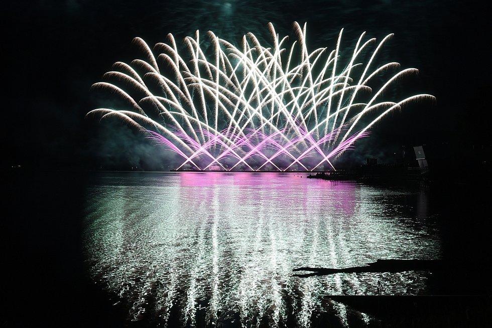 S prvním soutěžním ohňostrojem festivalu Ignis Brunensis na Brněnské přehradě se představilo Polsko.