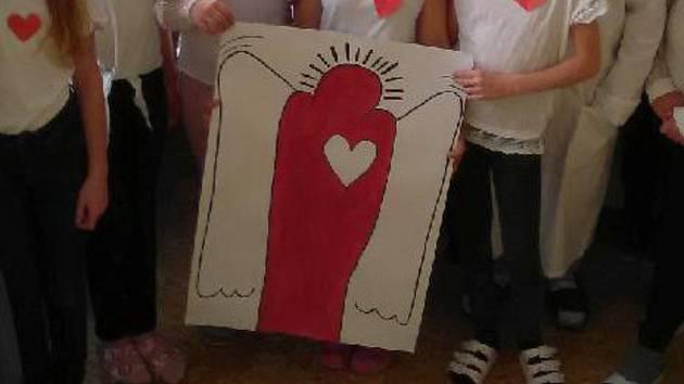 Dobrý anděl pomáhá potřebným. Nyní se na něm chtějí přiživit podvodnice.