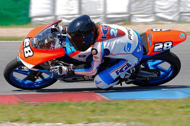 Mladý brněnský jezdec Karel Hanika pojede příští sezonu přípravný šampionát na vstup do motocyklového MS.
