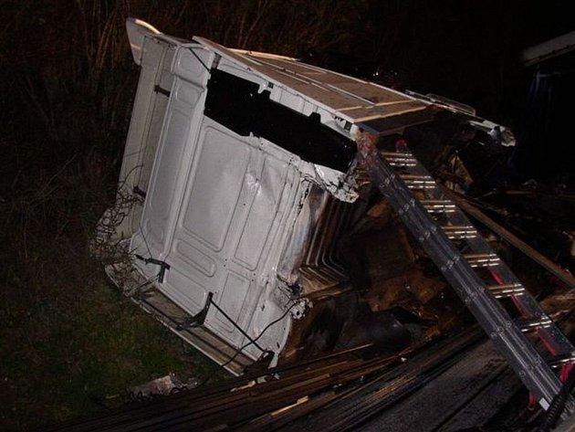 Při havárii se utrhla kabina tahače.