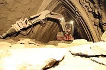 O třicet metrů za jeden měsíc se posouvají dělníci, kteří razí Královopolské tunely pod zástavbou.