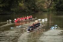Po vzoru slavného závodu dvou prestižních vysokých škol Oxford a Cambridge ve Velké Británii se ve středu na řece Svratce premiérově proháněly brněnské univerzitní osmy. Zkušební ročník souboje ovládla osmiveslice Vysokého učení technického.