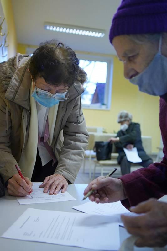 Důchodci v čekárně nejdříve vyplnili krátký dotazník. Očkování vakcínou proti Covid-19 v Těšanech na Brněnsku.