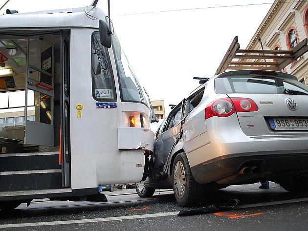 V brněnské Husově ulici se srazilo auto s tramvají.