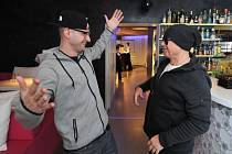 Jiří Korn (vpravo) dodatečně pokřtil klip s názvem World Dance Family. Klip začal vznikat již loni a hudbu k němu vytvořili známí hudební producenti Atrey Ryan a DJ Wich (vlevo).