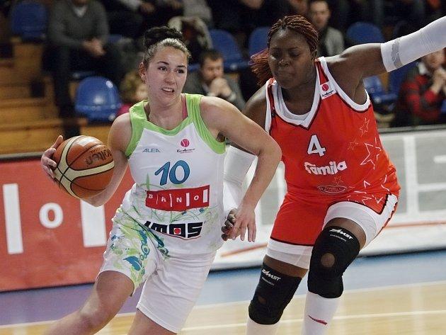 Basketbalistka Barbora Kašpárková (v bílém).
