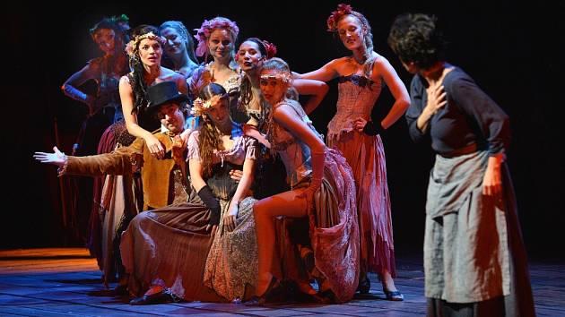 Bídníci (Les Misérables) na jevišti bratislavské Istropolis.