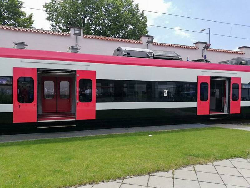 Pokračuje výroba 37 nových vlaků pro Jihomoravský kraj. Zástupci kraje se byli podívat, co už je hotové.