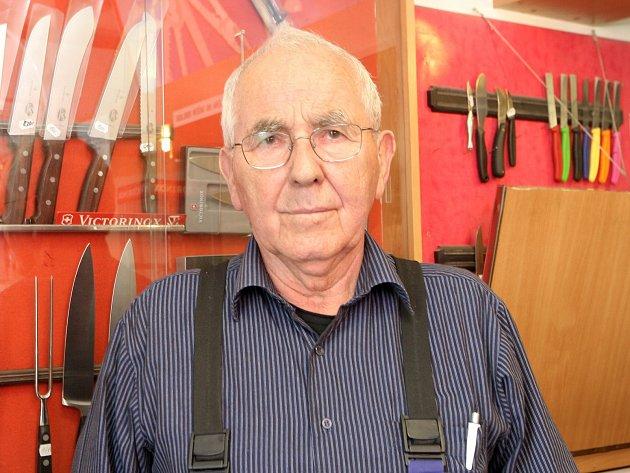Jeden z posledních vyučených nožířů na jižní Moravě Josef Tupý.
