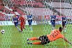 Domácí FC Zbrojovka Brno v červeném proti FK Pardubice.