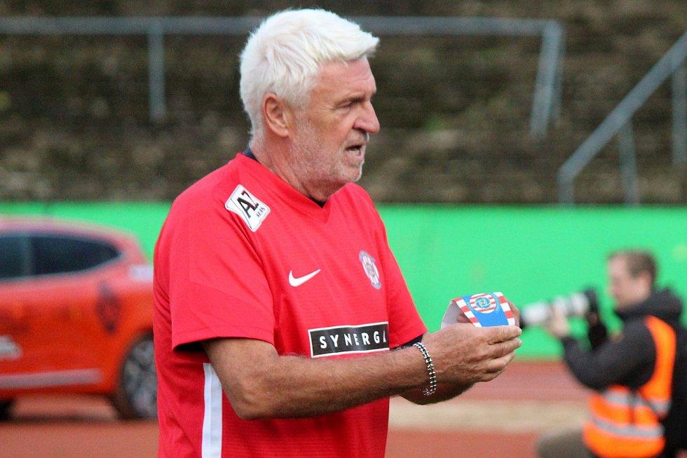 Za Lužánkami se ve čtvrtek utkaly legendy Zbrojovky Brno a Sigmy Olomouc. Kapitán brněnského týmu byl Karel Jarůšek.