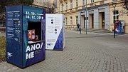 Výstava o roce 1993 před rektorátem Masarykovy univerzity v Brně.