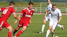 Fotbalisté Vyškova (na snímku v bílých dresech) se chtěli porvat o postup do druhé ligy.