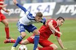 Fotbalisté prvoligové Zbrojovky Brno (v červeném) vypadli z poháru, když podlehli 0:1 Znojmu.