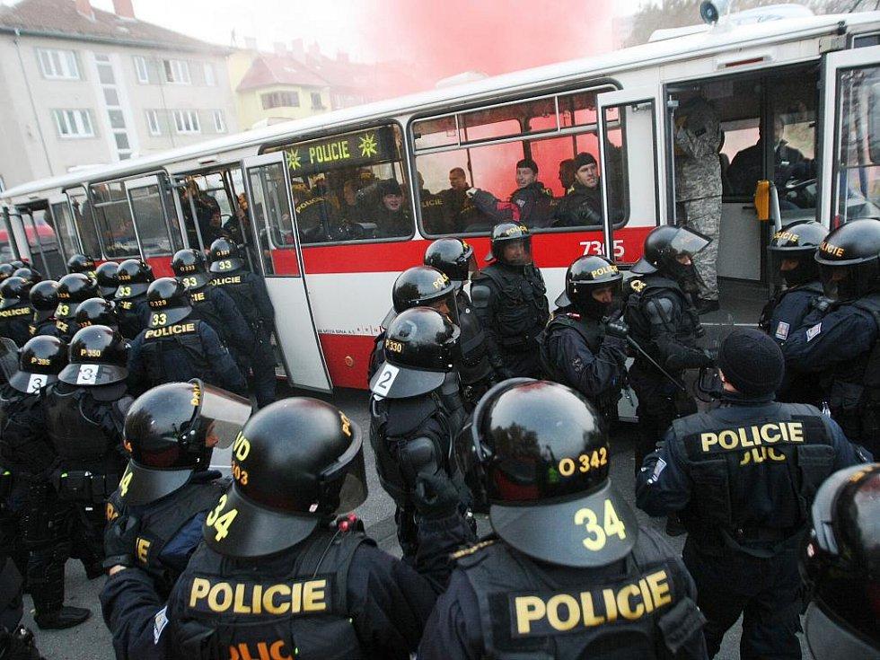 Policisté nacvičovali zásah proti agresivním sportovním fanouškům.