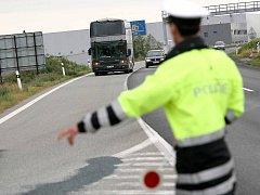 Policisté kontrolovali řidiče dálkových autobusů.