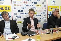 Majoritní vlastník klubu Roman Pros (uprostřed) sliboval před pár týdny velké změny, ale jeho rozhořčení s postupem času zřejmě odeznělo. Z kosmetických změn vyšel nejhůře Karel Jarůšek (vpravo), zatímco Radek Bělák (vlevo) převzal jeho funkci.