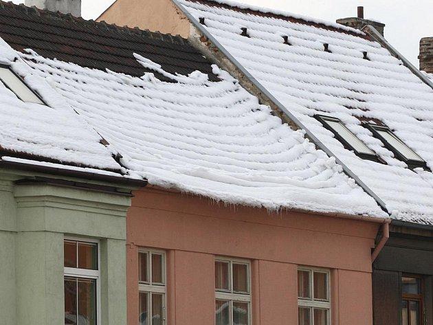 Chodci mají v brněnských ulicích problémy se sněhem. Ohrožuje je i nebezpečný sníh na střechách domů.