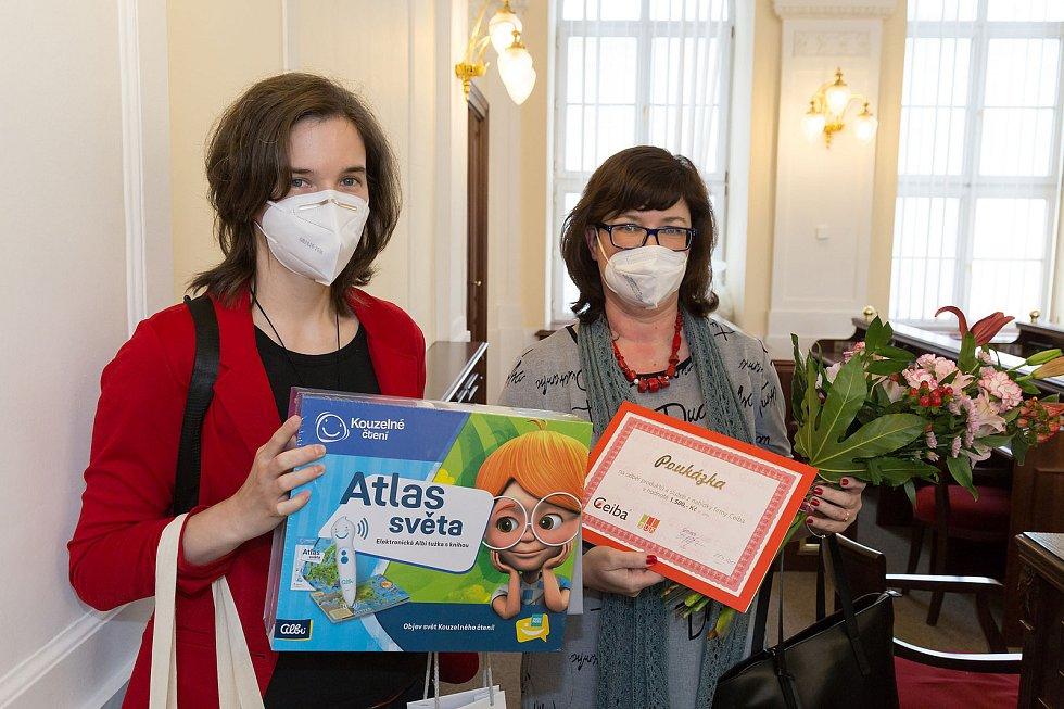 S kyticí Ilona Salajková, oceněná v kategorii Knihovnická osobnost Jihomoravského kraje 2020.