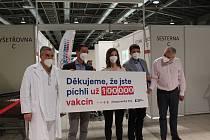 Už sto tisíc Jihomoravanů dostalo k 5. květnu 2021 vakcínu proti viru Covid-19 ve velkokapacitním očkovacím centru Fakultní nemocnice Brno na Brněnském výstavišti.