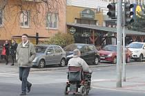 Silnice je opravená, přechod ale stále chybí a semafor nefunguje. Přesto lidé rušnou křižovatku Kotlářské a Bayerovy ulice v Brně přecházejí dál. A riskují.