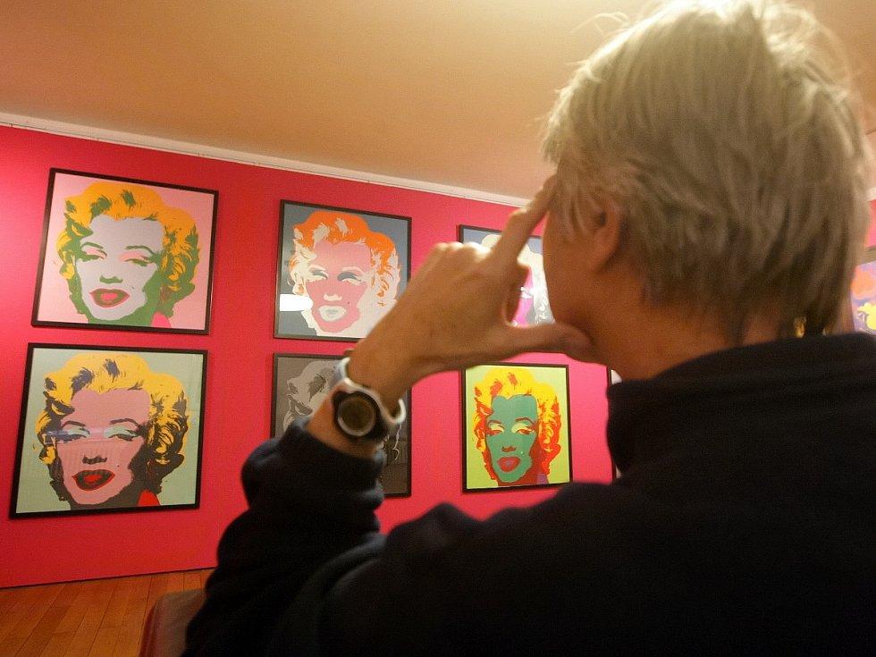 Průřez všemi obdobími tvorby Andyho Warhola nabízí nová výstava na hradě Špiberk, která představuje na dvě stovky sítotisků, litografií a dalších děl, včetně obalů na gramodesky. Nechybí ikonické portréty Marilyn Monroe a Micka Jaggera.