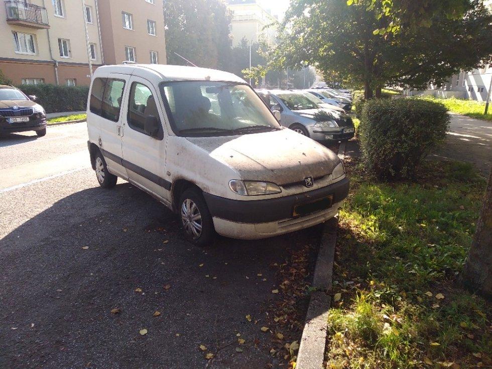Dlouhodobě odstavené auto v Brně, ulice Tučkova.