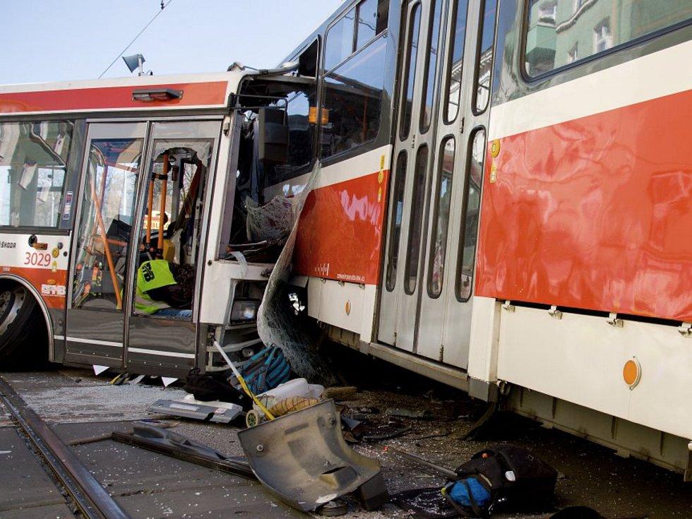 Trolejbus se srazil s tramvají v pondělí odpoledne v brněnské Křenové ulici. Na internetu se objevilo i video z nehody.