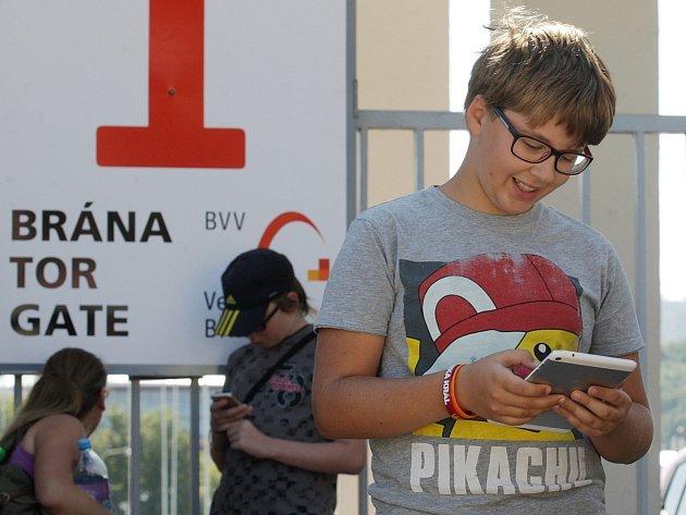 Na lov pokémonů přišlo ve středu na brněnské výstaviště asi 80 mladých lidí. Organizátoři se rozhodli areál zpřístupnit, protože se uvnitř nachází 15 takzvaných Pokestopů. Tam mohou hráči virtuální hry PokemonGo své pokémony trénovat, nebo získat výhody.
