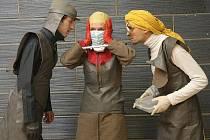 VÁŽNÉ I S HUMOREM. Prvky parodie do inscenace vnáší také futuristické kostýmy módní návrhářky Hany Kulátové.