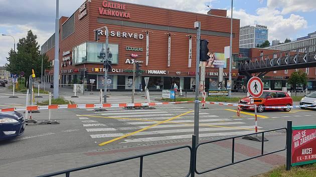 Zavřou přechod mezi Tescem a Vaňkovkou. Řidiči pojedou přes kolejový pás