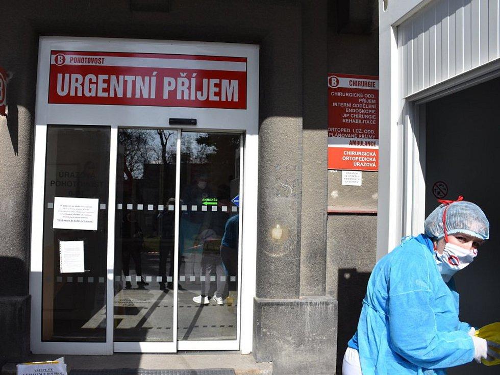 Nemocnice Slaný je již plně vyzbrojena na boj s koronavirem, ve středu bude i porodnice. Foto: Jiří Skála
