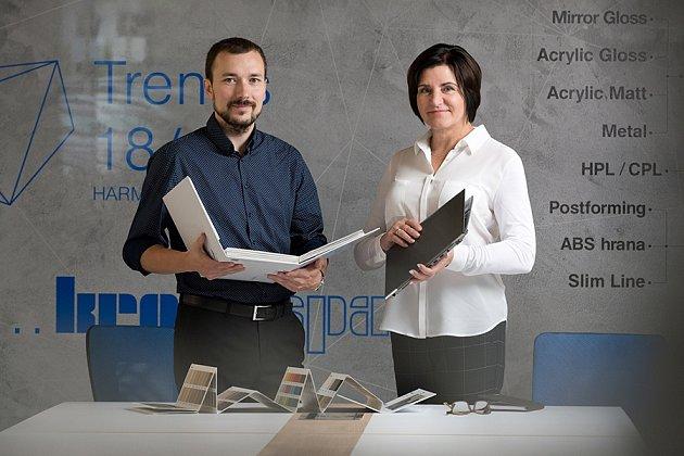 Současnými jednateli Kronospanu jsou Martin Dvořáček a Sylva Krechlerová