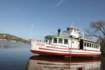 Loďaři spustili lodě na přehradu.
