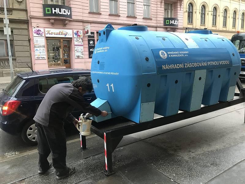 V brněnské ulici Veveří praskl letos v lednu dvakrát po sobě vodovod. Jeho zásadní rekonstrukce se však v létě, kdy se tam budou vyměňovat tramvajové koleje, nechystá. Lidé si museli chodit dva dny pro vodu do cisterny.