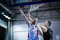 Brněnští basketbalisté (v bílém Jakub Krakovič) podlehli naposledy v nadstavbové části Nymburku 82:101.