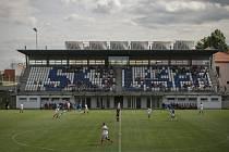 Brněnský fotbalový klub z Líšně dokončil stavbu vytoužené tribuny. S budováním začal klub hrající Moravskoslezskou fotbalovou ligu před osmi lety a otevřel ji v úterý na výročí 25 let od založení klubu. Nové prostory nabízí 570 krytých míst k sezení.