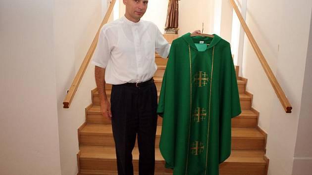 Brněnské biskupství objednalo z Polska čtyřicet ornátů pro biskupy, pět set žluto-bílých deštníků, podle kterých věřící poznají kněze, udílejícího přijímání, a desítky tisíc papírových vlajek se znakem biskupství a Vatikánu.
