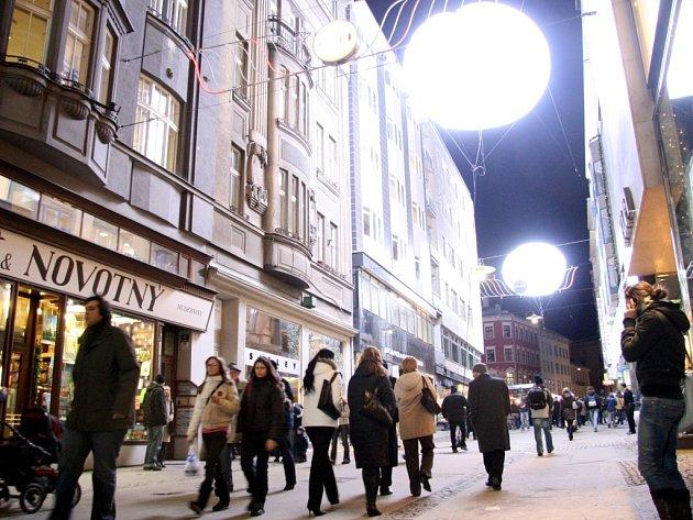 Českou ulici rozzářily čtyři speciální heliem plněné balony