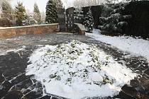 Pomník připomíná tragickou nehodu, při které zahynulo sedm malých chlapců.