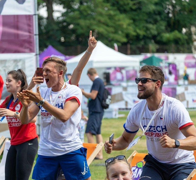 Šermíř Marek Totušek (vlevo) sledoval pondělní výkon svého kamaráda Alexandera Choupenitche na olympijském festivalu v Brně.