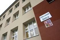 Základní škola Košinova má novou fasádu.
