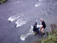 Strážníci pomohli muži dostat se z proudu řeky, kam spadl i s nákupním vozíkem.