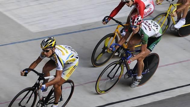 Dráhoví cyklisté na brněnském velodromu.