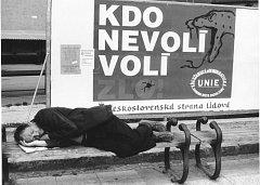 VYMEZENÍ SE PROTI REŽIMU. Sjednocujícím tématem prvních svobodných voleb v roce 1990 bylo vymezení se proti dříve vládnoucímu režimu. Komunistickou stranu v kampaních jejich konkurentů symbolizovala stranická rudá barva.