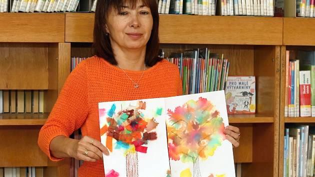 Děti si mohou v kohoutovické knihovně vytvořit z krepového papíru podzimní strom.