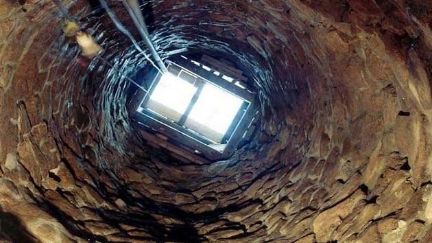 Stavbaři pracují na obnově několik století staré brněnské studny na Jakubském náměstí. Hotová má být na podzim.