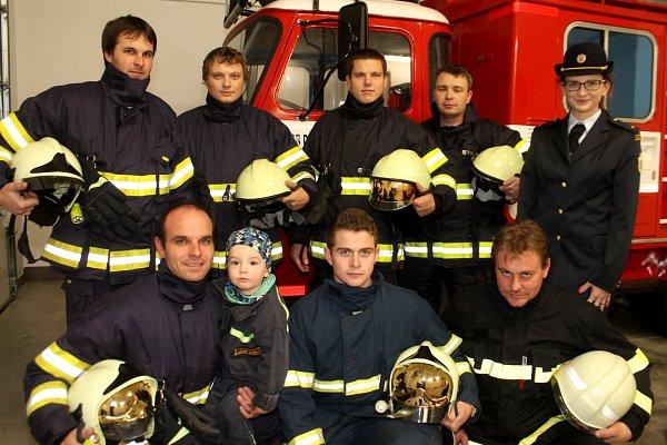 Část Sboru dobrovolných hasičů zÚnanova. Vlevo dole a starosta sboru Lukáš Tomášek.