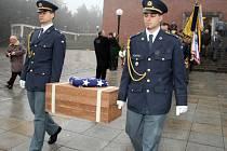 Předání ostatků poručíka Wiliama L. Kigginse.